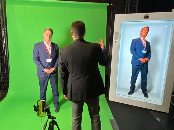 Dans le traditionnel tour des stands, le Premier ministre s'est prêté à l'hologramme nouvelle génération montré par Orange Luxembourg. Un clone augmenté qui a laissé XavierBettel vaguement inquiet de ce que son image allait devenir. (Photo: Paperjam)