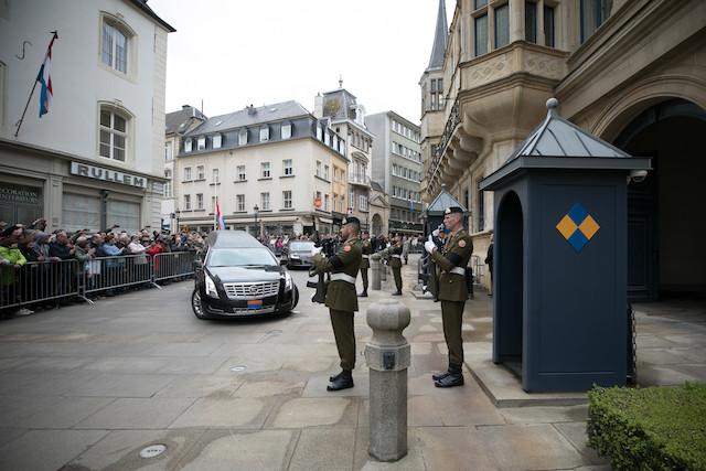Le corbillard emmenant la dépouille du Grand-Duc Jean lors de son arrivée, dimanche après-midi, au palais grand-ducal. (Photo: Guy Wolff/Cour grand-ducale)