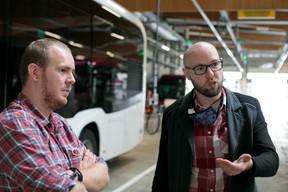 Charel Schmit et Cyrille Horper, le responsable des infrastructures de rechargement et le responsable du marketing, expliquent comment les Nightlifebus vont passer à l'électrique dès vendredi. ((Photo: Matic Zorman/Maison Moderne))