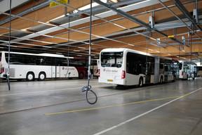 Au plafond, des rails métalliques et un système qui permet d'approcher la prise de tous les endroits où les bus peuvent se brancher. Chaque marque a sa préférence. ((Photo: Matic Zorman/Maison Moderne))