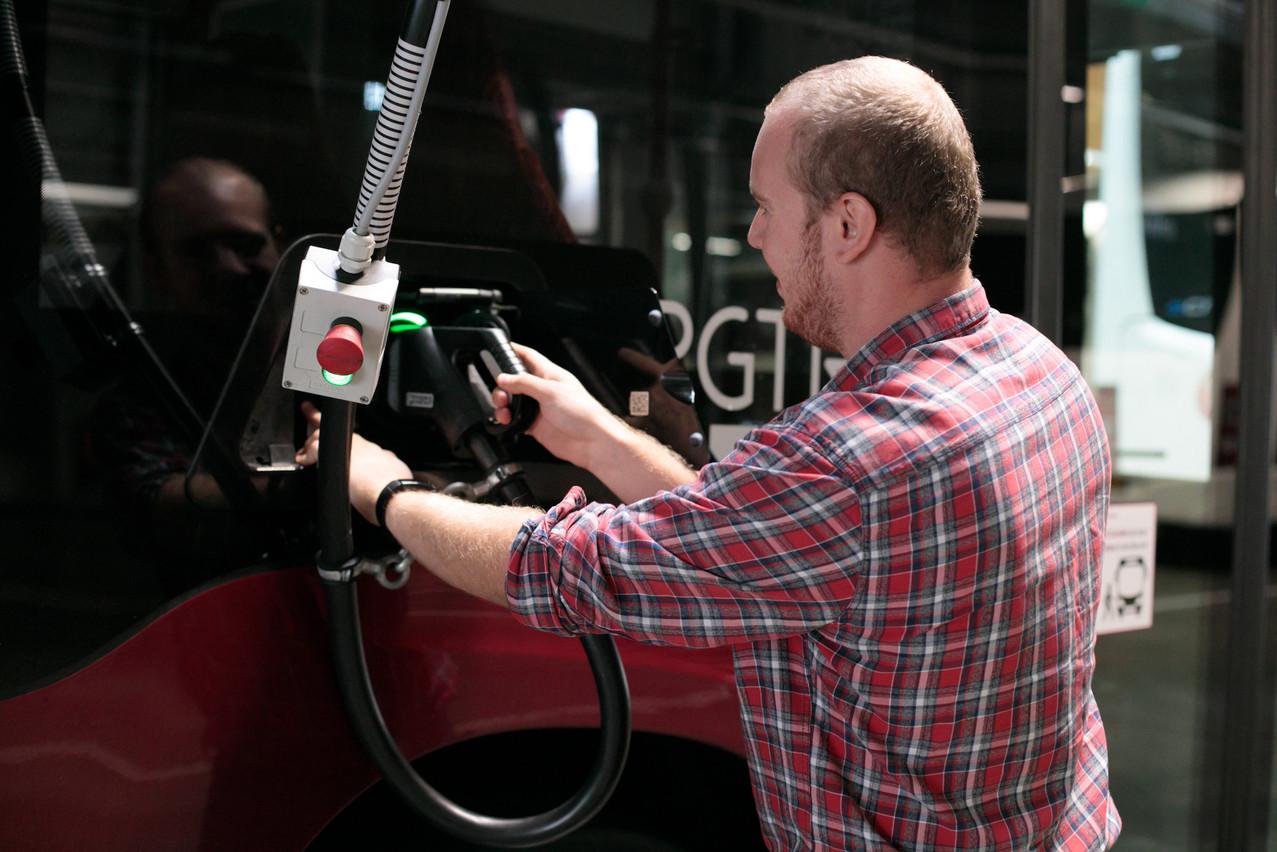 Le responsable des infrastructures de recharge, Charel Schmit, passe la majorité de son temps dans le garage. La société a multiplié les fournisseurs de solutions électriques pour gagner plus vite en expérience. Un défi de tous les jours. (Photo: Matic Zorman/Maison Moderne)