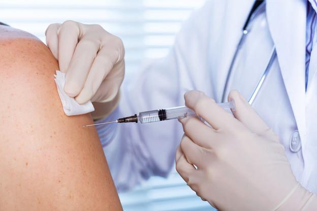 Attendus au premier semestre2021, les vaccins contre le Covid-19 seront prodigués à certains groupes de population en priorité selon des critères à préciser. (Photo: Shutterstock)