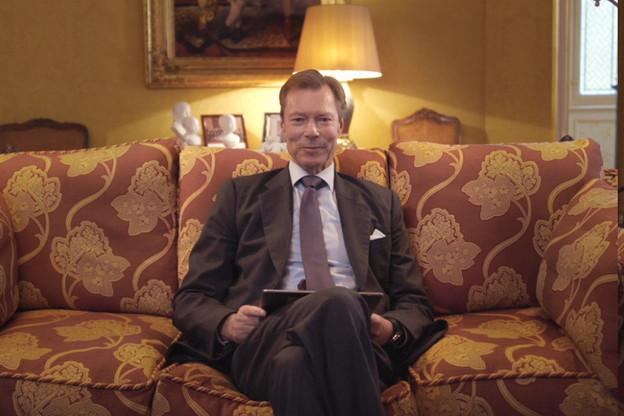 L'image, inédite, montre le Grand-Duc dans un canapé en train de prendre connaissance des messages de sympathie et d'encouragement d'anonymes sur Twitter. (Source: Cour grand-ducale)