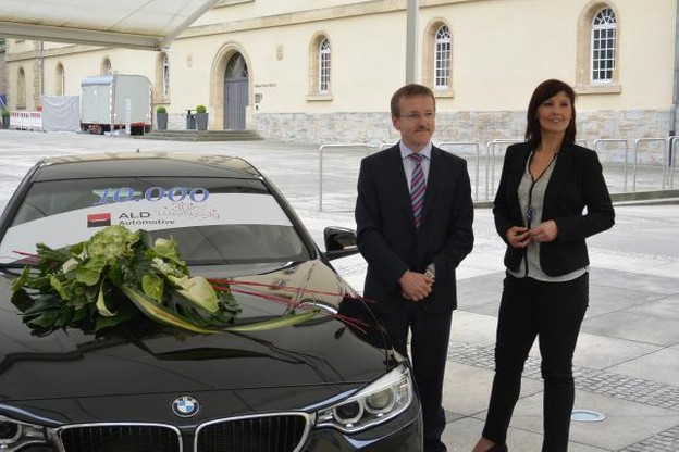 Sylvie Lelieux de la société Siemens s'est vu remettre les clefs de sa nouvelle voiture, une BMW série 4 Grand Coupé, par Dominique Roger, country manager d'ALD Automotive. (Photo: ALD Automotive Luxembourg)