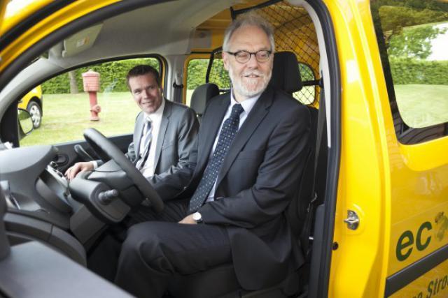 Claude Strasser (P&TLuxembourg) et Marco Schank, ministre délégué au Developpement durable et aux Infrastructures (Photo: Renault)