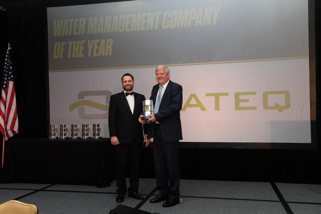 Henk Jelsma, en charge du développement en Amérique du Nord (droite), recevant le prix de «Water Management Company» de l'année 2016 de Daniel Creasey, président et CEO de Oil & Gas Awards. (Photo: Oil & Gas Awards)