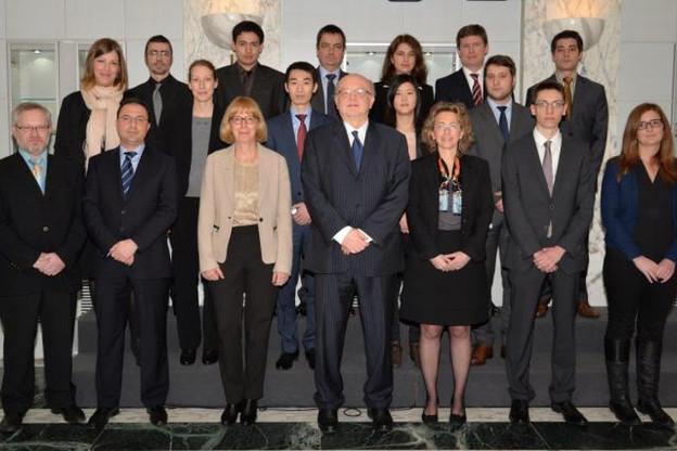 M. Gaston Reinesch, président de la BCL, entouré des nouveaux agents. (Photo: BCL)