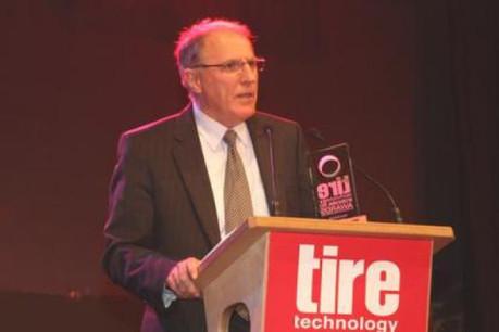 Marc Junio (directeur général du GIC*L) avec le Tire Technology Award pour l'Innovation et l'Excellence. (Photo: Goodyear)