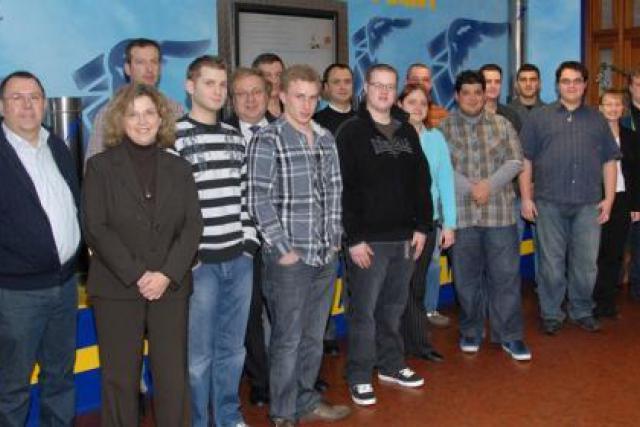 Les nouveaux embauchés entourés de leurs tuteurs-formateurs et des responsables Goodyear. (Photo: Goodyear)