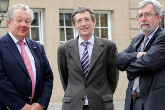 Jeannot Waringo (à droite), ainsi que le directeur général Alex Kremer (à gauche) ont remercié François Jaeger (Photo : Christof Weber)