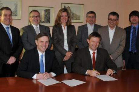 Paul Schmit, président de la CNS et Paul Peckels, directeur des Services Financiers Postaux de P&T Luxembourg (Photo : Entreprise des Postes et Télécommunications)