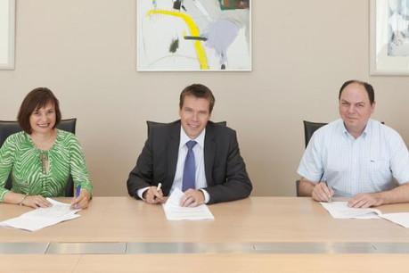 Céline Conter (LCGB), Claude Strasser (directeur Général de l'EPT) et Christian Sikorski (OGBL) (Photo: EPT)