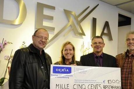 M. Laurent Houdremont, gérant de l'agence, a remis un chèque à M. Jeff Erpelding (Photo: Dexia)