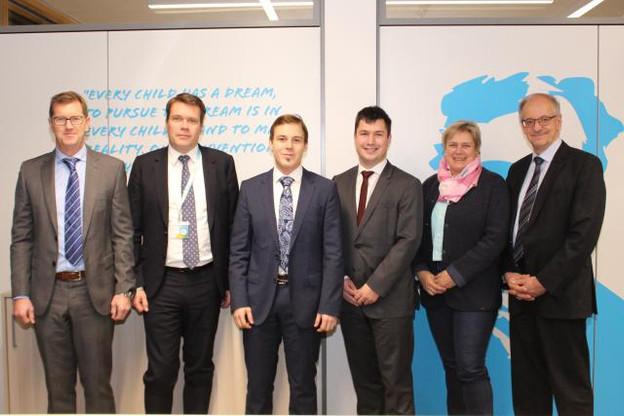 De gauche à droite : Achim Taylor (responsable logistique Post Courrier), Claude Strasser (directeur général), Tim Potočnik et Jan Štefe (fondateurs Eurosender), Hjoerdis Stahl (directrice Post Courrier) et Jos Glod (directeur général adjoint). (Photo: Post Luxembourg)