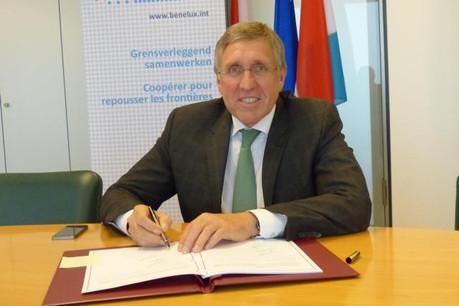 François Bausch, signant le traité Benelux relatif à la coopération transfrontalière en matière d'inspection du transport routier (Photo: MDDI)