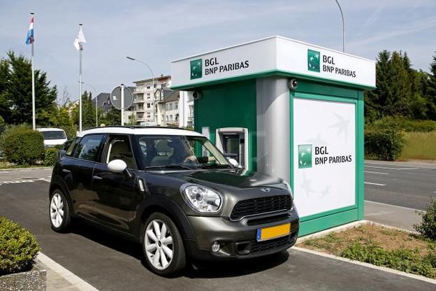 Le drive-in, librement accessible pour le public, permet de retirer de l'argent facilement sans quitter son véhicule. (Photo: BGL BNP Paribas)