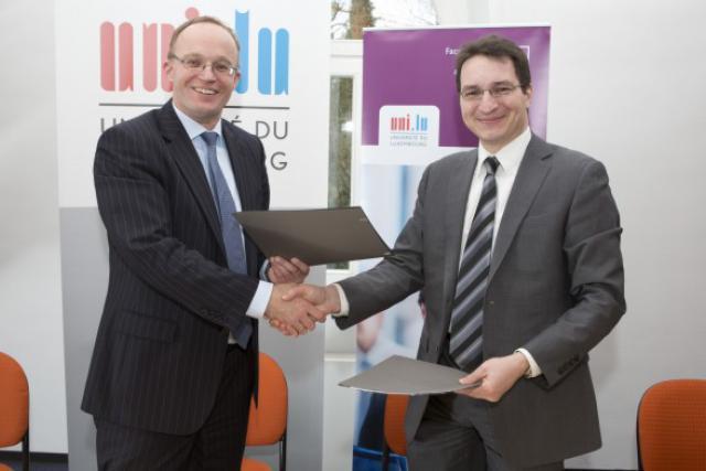 Le professeur Stefan Braum et le professeur Oleg Zamulin signent une coopération universitaire dans le domaine de l'économie. (Photo: Michel Brumat / Université du Luxembourg)