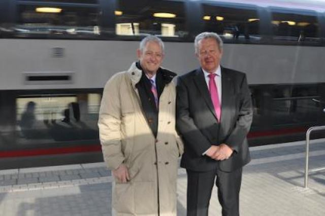 Robert Mandell, ambassadeur des États-Unis, avec le directeur général des CFL, Alex Kremer en gare de Luxembourg  (Photo : CFL)
