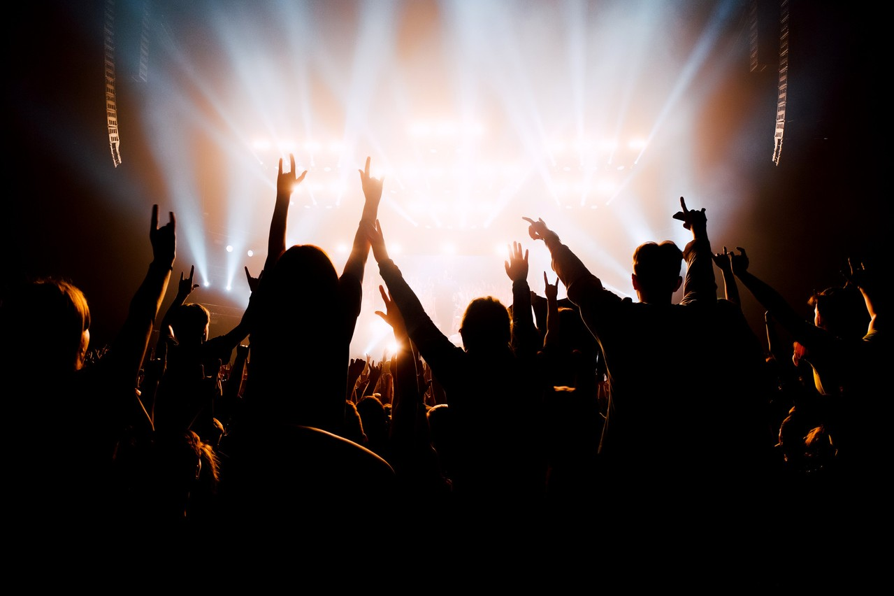Comment le Covid-19 se propage-t-il dans une salle de concert où la promiscuité est réelle? C'est la question que propose de résoudre cette étude. (Photo: Shutterstock)