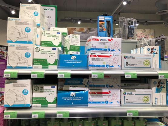 À gauche, des masques de protection. Au milieu, la boîte bleue contient des masques «barrière», qui ont la même forme que les chirurgicaux à leur droite, mais coûtent deux fois moins cher. Malgré le fait qu'ils soient étiquetés comme «barrière», ils portent un marquage CE. Comme les chirurgicaux, étiquetés comme… «de protection » . (Photo: Paperjam)