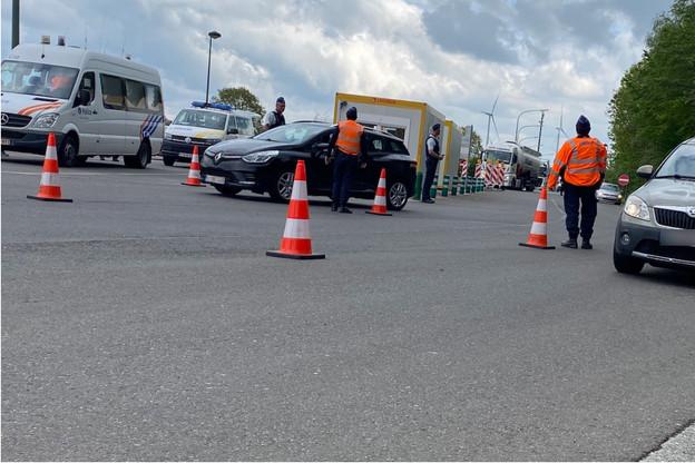 Un mercredi de confinement ordinaire à la frontière belgo-luxembourgeoise: tous les véhicules sont contrôlés. Et pas question d'aller faire du tourisme à la pompe au Luxembourg. (Photo: Paperjam)