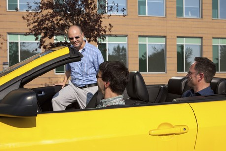 Trois travailleurs dans une seule voiture, cela fait pourtant deux véhicules de moins sur la route. (Photo: Shutterstock)
