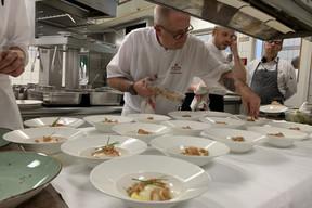 En cuisine, le chef Paul Fourier adore partager son amour de la gastronomie belge. ((Photo: Paperjam))