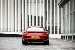 Au niveau du look, l'ADN Bentley est bien présent, avec ses deux optiques encadrant une large calandre et ses deux feux en amande à l'arrière. ((Photo: Patricia Pitsch / Maison Moderne))