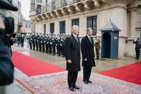 Devant le palais ont eu lieu la revue des troupes et les honneurs militaires. ((Photo: Cour grand-ducale/Marion Dessard))