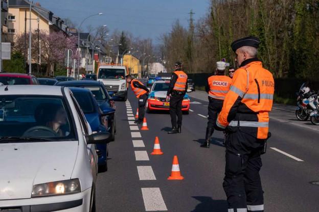 Les contrôles se concentrent avant tout sur les limitations des déplacements sur la voie publique, notamment sur les principaux axes routiers, et sur les rassemblements des personnes ne cohabitant pas. (Photo: Police grand-ducale)