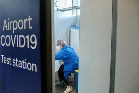 Depuis le 24 décembre,tous les passagers de tous les vols en provenance du Royaume-Uni sont contrôlés systématiquement. (Photo: Matic Zorman / Maison Moderne)