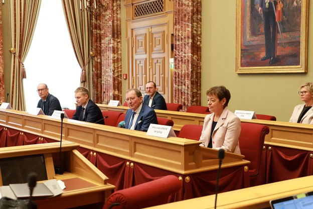 FernandEtgen a présenté un bilan marqué par l'état de crise, entouré par GillesBaum (DP), LaurentScheeck, secrétaire général de la Chambre, JoséeLorsché (Déi Gréng), GeorgesEngel (LSAP) et MartineHansen (CSV). (Photo: Chambre des députés)