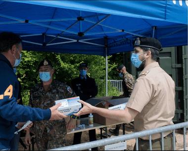 La distribution de masques aux frontaliers se poursuit sur le terrain. (Photo: Matic Zorman/Maison Moderne)