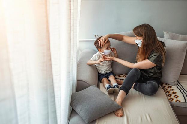 «Les personnes vivant dans le même foyer ont le droit de voir la personne positive et sont également mises en quarantaine par la Direction de la santé», explique le ministère de la Sécurité sociale. Ce qui est en général le cas d'au moins un des parents vis-à-vis d'un enfant testé positif. (Photo: Shutterstock)