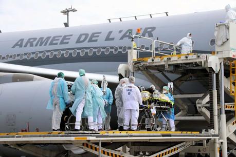 Prise en charge de six patients en réanimation depuis le Grand-Est en France au Findel. (Photo: CGDIS)
