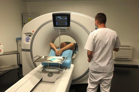 L'installation d'un nouveau scanner aux HRSa été rendue possible en deux semaines grâce au soutien du ministère de la Santé et des équipes techniques, mais aussi de firmes telles que GE Healthcare, Portakabin et Genista. (Photo: HRS)