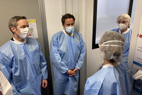 Le Premier ministre, la ministre de la Santé et le bourgmestre d'Esch-sur-Alzette ont rencontré les soignants du Chem et du centre de soins avancés installé à la Rockhal. (Photo : Chem)
