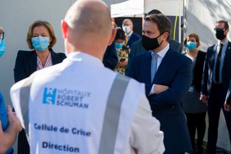 Xavier Bettel et Paulette Lenert ont visité le dispositif Covid des Hôpitaux Robert Schuman. (Photo: Focalize/Emmanuel Claude)