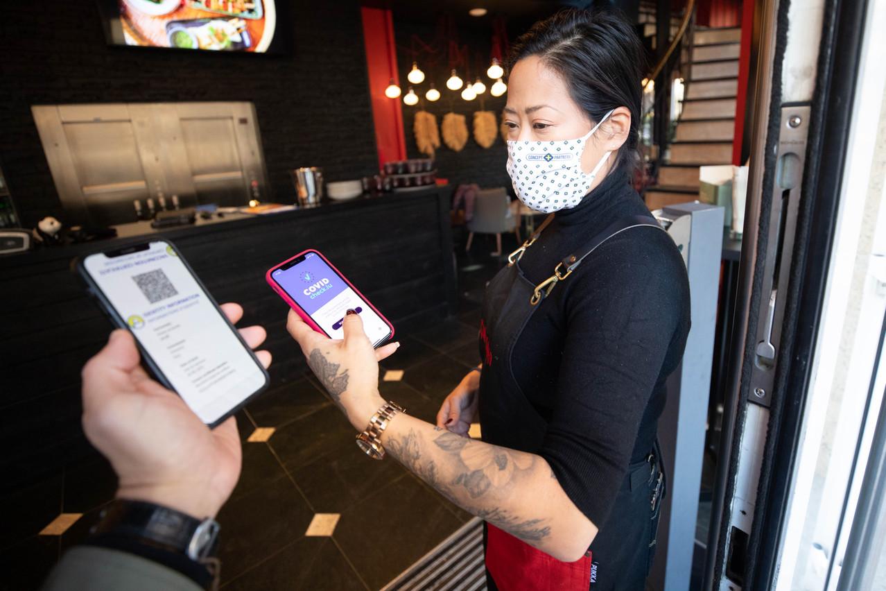 Présenter son CovidCheck à l'entrée d'un restaurant deviendra systématique à partir du 1er novembre. (Photo: Guy Wolff/Maison Moderne)
