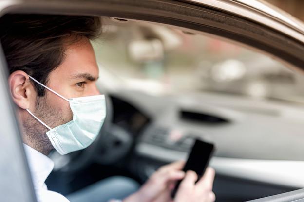 Le port d'un masque ou de tout autre dispositif permettant de recouvrir le nez et la bouche est obligatoire lors d'un covoiturage. (Photo: Shutterstock)