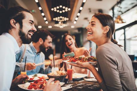 À un certain niveau, la croissance économique ne rend pas les citoyens plus heureux. C'est leur relation à l'autre qui peut doper leur bien-être. (Photo: Shutterstock)