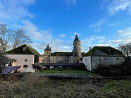 Il y a une possibilité de garer des voitures à l'arrière du château. ((Photo: Croix-Rouge luxembourgeoise))