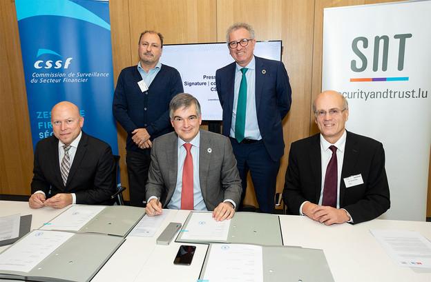 Stéphane Pallage (Uni), Claude Marx (CSSF) et Björn Ottersten (SnT) ont signé une convention-cadre de recherche pour trois ans. (Photo: CSSF)