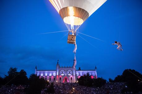«Exit» , performance circassienne où un groupe de doux dingues tente de s'envoler à bord d'une immense montgolfière (ici au Carnaval Sztukmistrzów 2018), sera présentée lors de la Nuit de la culture à Esch-sur-Alzette ce samedi 19 septembre. (Photo:Wojciech Pacewiczw)