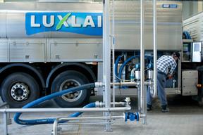 Des employés chargent les camions avant la livraison du lait. ((Photo: Matic Zorman / Maison Moderne))