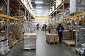 Des cartons remplis de pots ou briques de lait. ((Photo: Matic Zorman / Maison Moderne))