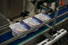 Comme les autres produits, la crème fraîche est préparée et emballée avec soin. ((Photo: Matic Zorman / Maison Moderne))