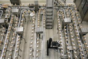 Vues d'en haut, les nombreuses machines de Luxlait ne s'arrêtent pas de fonctionner. ((Photo: Matic Zorman / Maison Moderne))
