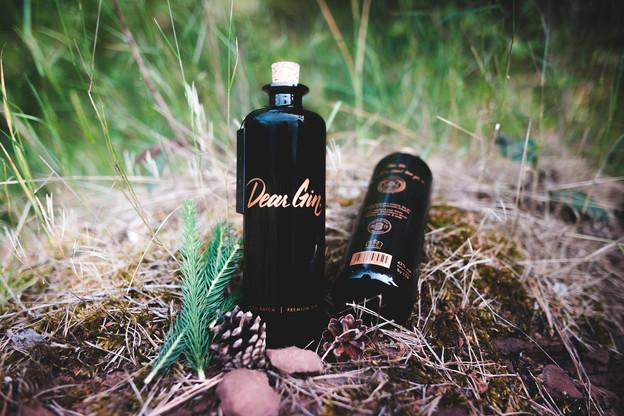 Des notes forestières grâce au pin, des épices, un bel équilibre et un design soigné: Dear Gin fait une entrée remarquée dans la constellation des gins luxembourgeois et inaugure la nouvelle rubrique «Glouglou» de Paperjam Foodzilla! (Photo: Dear Gin)
