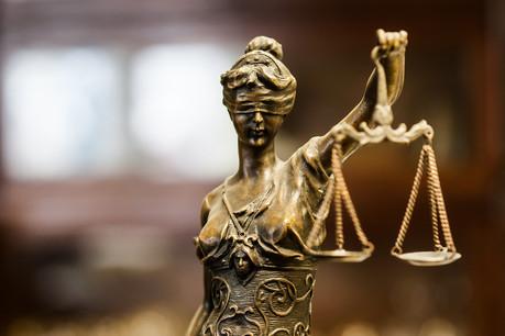 Affaires judiciaires et politiques ne font pas bon ménage. Illustration cette semaine dans l'actualité. (Photo: Shutterstock)